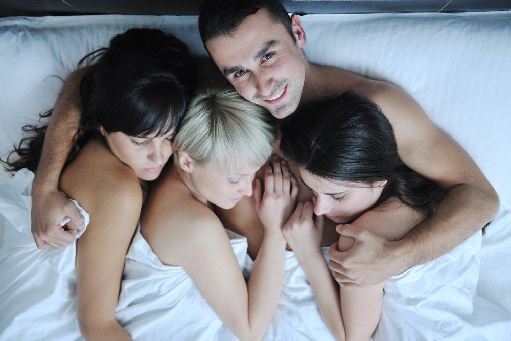 молодой парень и три девушки