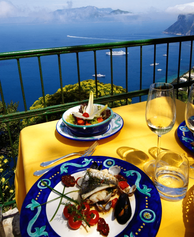 стол с фруктами и рыбой