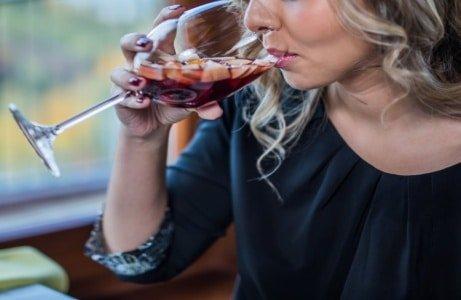 девушка пьет красное вино