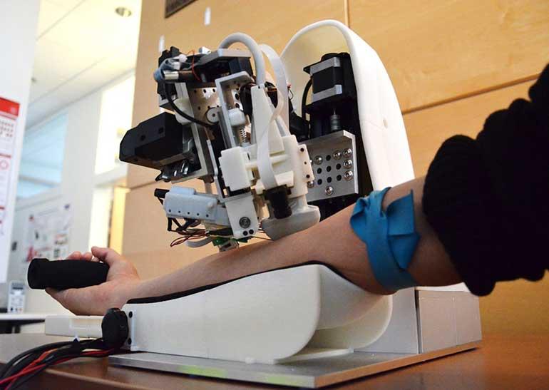 Настольный робот с ИИ делает забор крови и устанавливает катетеры