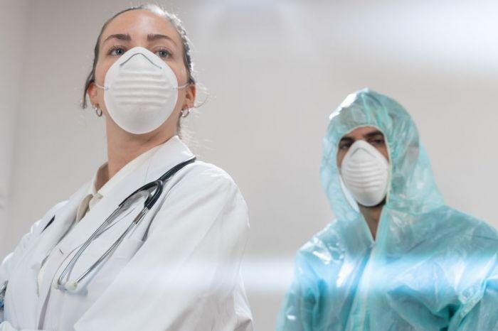 Больше половины врачей заявили об уменьшении заработка в период эпидемии